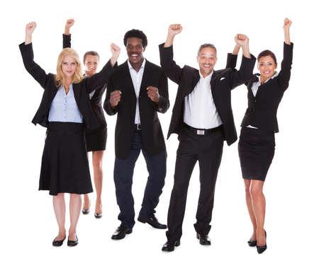 multiracial group: Grupo multirracial de hombres de negocios que levanta el brazo sobre el fondo blanco