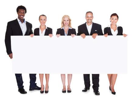 白い背景の上のプラカードを持つ幸せなビジネス人々 のグループ