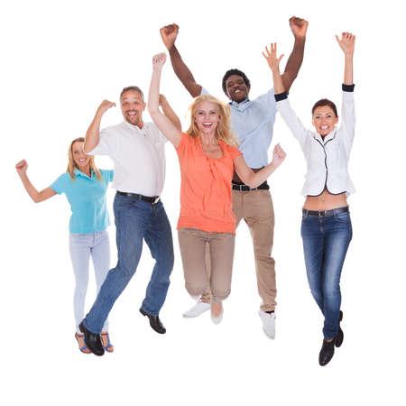 人々: 白い背景の上に腕を上げる人々 のカジュアルなグループ