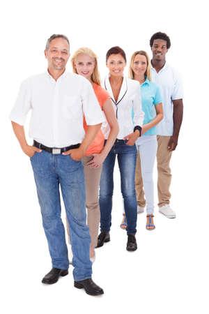 grupo de hombres: Grupo de personas multirraciales pie en una fila en el fondo blanco