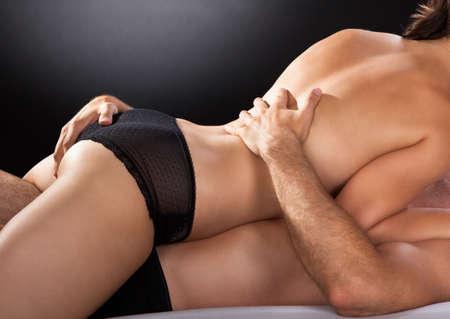 seks: Close-up van paar seks op een gekleurde achtergrond