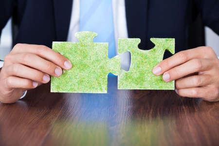 responsabilidad: Primer plano de negocios que sostiene Eco Friendly Jigsaw Puzzle