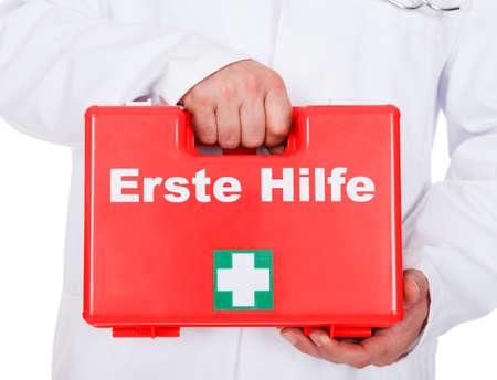 primeros auxilios: Médico llevar consigo un botiquín de primeros auxilios portátil sobre fondo blanco