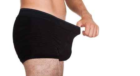 Man zoekt in zijn ondergoed op een witte achtergrond