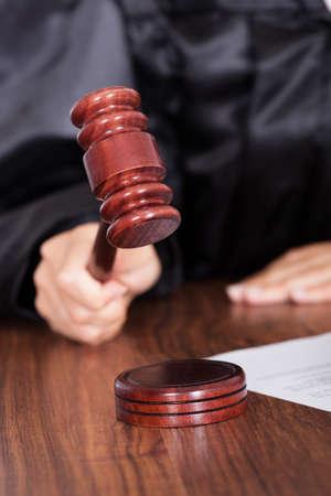 jurado: Primer Plano De Juez golpear el martillo en la corte Foto de archivo