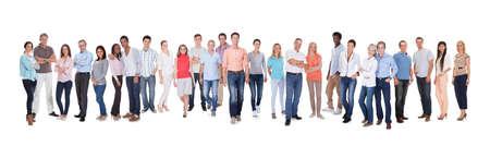 menschen unterwegs: Gro?e Gruppe von unterschiedlichsten Menschen. Isoliert auf wei?em