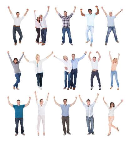 Groupe heureux de gens vêtus de Casual Arm Raising Sur Fond Blanc Banque d'images