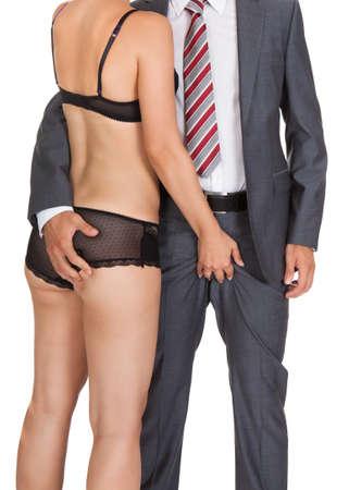 young sex: Бизнесмен с женщины в нижнем белье на белом фоне