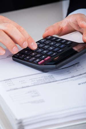 Close-up Van Zakenman Het berekenen Financiën Met Calculator Bij Bureau