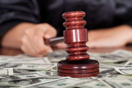 Vértes bíró feltűnő a kalapács körülvéve bankjegy