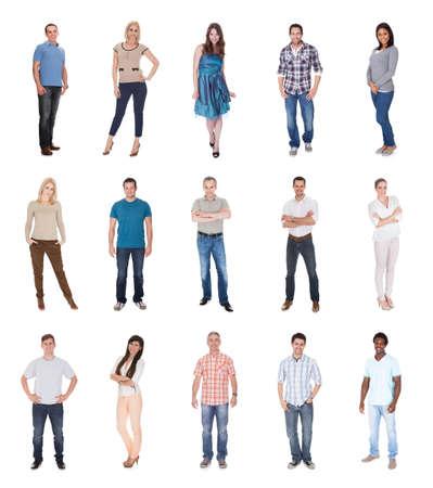 persona de pie: Feliz Grupo de personas vestidas con ocasional de pie aislado m�s de blanco Foto de archivo