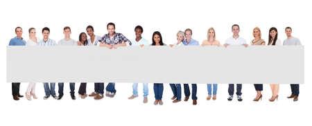 terra arrendada: Grupo Sorriso de Pessoas com cartaz Juntos isolado sobre o branco Imagens