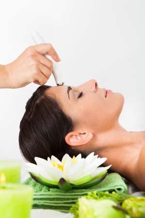 Jonge vrouw krijgt een gezichtsbehandeling in een Beauty Spa