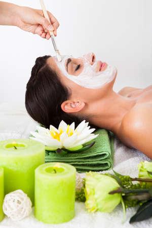 tratamiento facial: Joven mujer recibiendo un tratamiento facial en un spa de belleza Foto de archivo