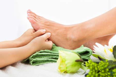 pies bonitos: Primer plano de pies de mujer reciben masaje de pies en Spa