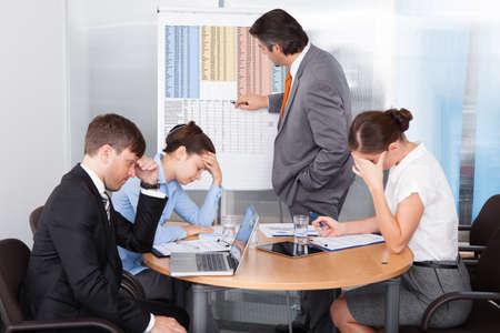 mujeres tristes: Los compa�eros de trabajo se aburran en la presentaci�n en la oficina