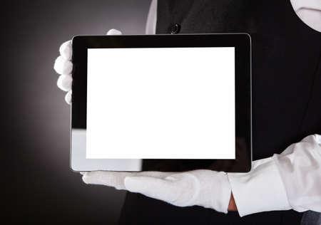camarero: Primer plano de una mano Camarero Mostrando tableta digital en blanco