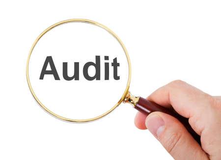 auditoría: Primer plano de la mano mostrando Auditoría palabra a través de la lupa sobre el fondo blanco