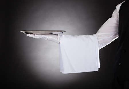 camarero: Los camareros mano Bandeja de explotaci�n sobre fondo Negro