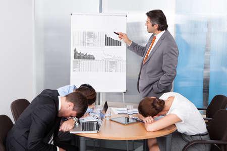 perezoso: Los compa�eros de trabajo se aburran en la presentaci�n en la oficina