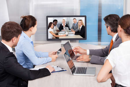colaboracion: Empresarios sentado en una sala de conferencias Mirando a la pantalla del ordenador