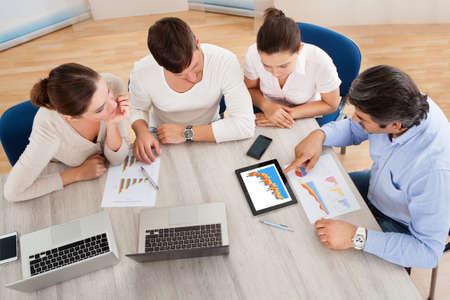 ležérní: Obchodní Vedení Na schůzce diskuze o práci na digitálních Tablet Reklamní fotografie