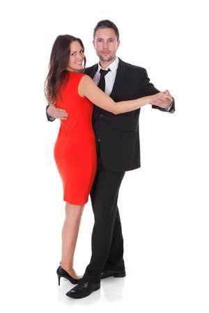 mujer elegante: Retrato de una pareja bailando feliz en el fondo blanco