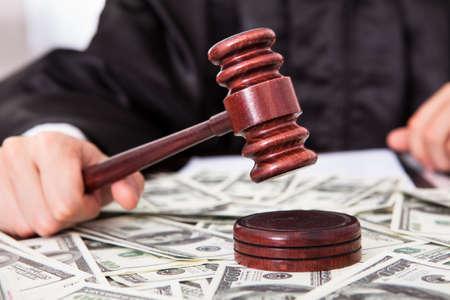 martillo juez: Primer Del Juez Masculino Golpear Mallet El billete