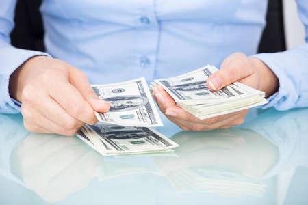 dinero falso: Primer Plano De Una Empresaria Contando Bank Note En El Escritorio