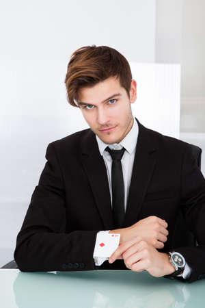 jeu de carte: Portrait d'un jeune homme d'affaires avec des cartes de jeu dans la douille Banque d'images