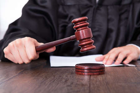 mandato judicial: Primer plano de un juez Mallet Golpear En El Escritorio
