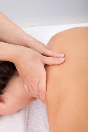 sports massage: Primer plano de una persona que recibe Shiatsu Tratamiento De Massager Foto de archivo