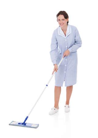 servicio domestico: Feliz joven mucama Holding Mop Sobre Fondo Blanco Foto de archivo