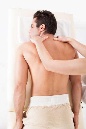 sports massage: Hombre descamisado Acostado boca abajo Conseguir Tratamiento de spa
