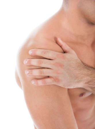 hombros: Primer plano de un hombre joven muscular que sufre de dolor de hombro