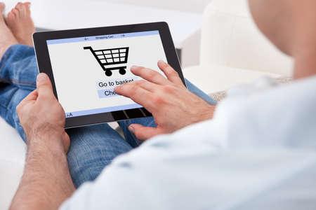 orden de compra: Primer plano del hombre de compras en línea con la tableta digital Foto de archivo