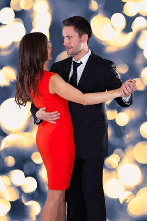 verliefd stel: Portret van gelukkige jonge paar dansen op Bokeh Stockfoto