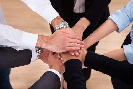 compromiso: Close-up De Los empresarios poner sus manos encima de uno al otro