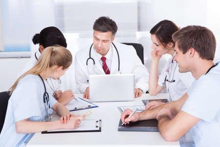 병원에서 회의가 의사의 그룹 스톡 콘텐츠