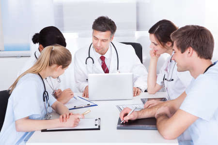 medical people: Grupo de m�dicos que tienen reuni�n en un hospital