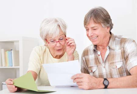 Portrait Of Happy Senior Paar-Lesebrief Zusammen