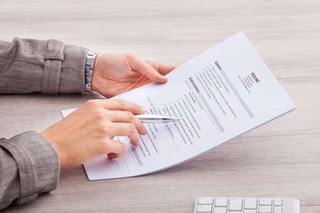 Close-up Einer Gesch�ftsfrau am Schreibtisch halten Lebenslauf Lizenzfreie Bilder