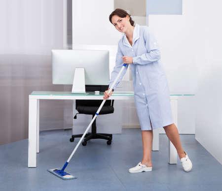 profesionálové: Portrét šťastná žena Janitor čištění podlah v kanceláři
