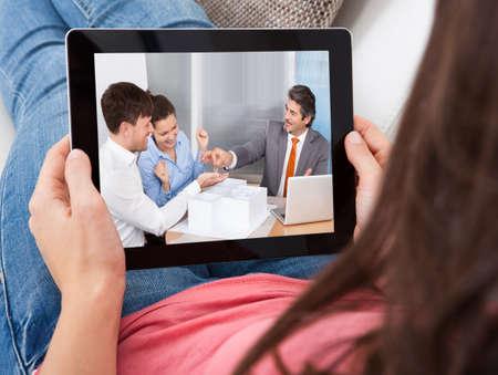 Close-up einer jungen Frau Blick in die Business Deal On Digital Tablet Standard-Bild