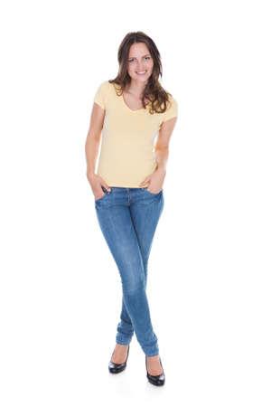 hogescholen: Lachende Aantrekkelijke Jonge Vrouw Met Hand In Zak