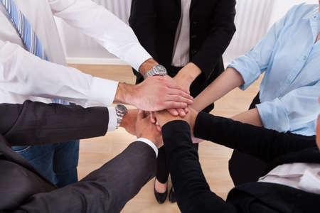 Close-up van ondernemers zetten hun handen op elkaar Stockfoto