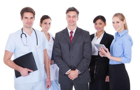 la société: Heureux groupe de gens d'affaires et les médecins debout sur fond blanc