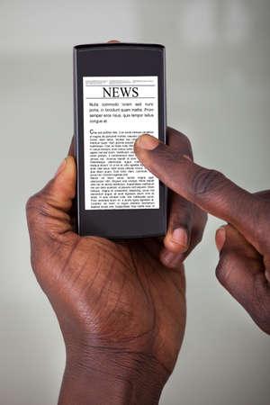 persona leyendo: Primer plano de una persona Leer noticias En Tableta digital