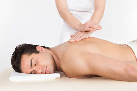 homme massage: Torse nu homme allong� sur Obtenir avant traitement Spa