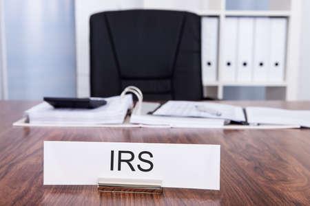 contabilidad: Escritorio y silla de la placa de identificaci�n con el IRS